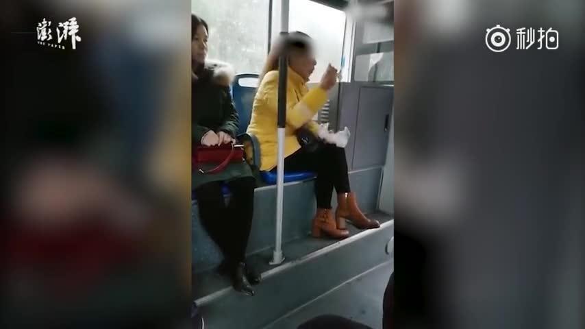 女子公交吃饺子惹众怒,回骂:谁敢动我