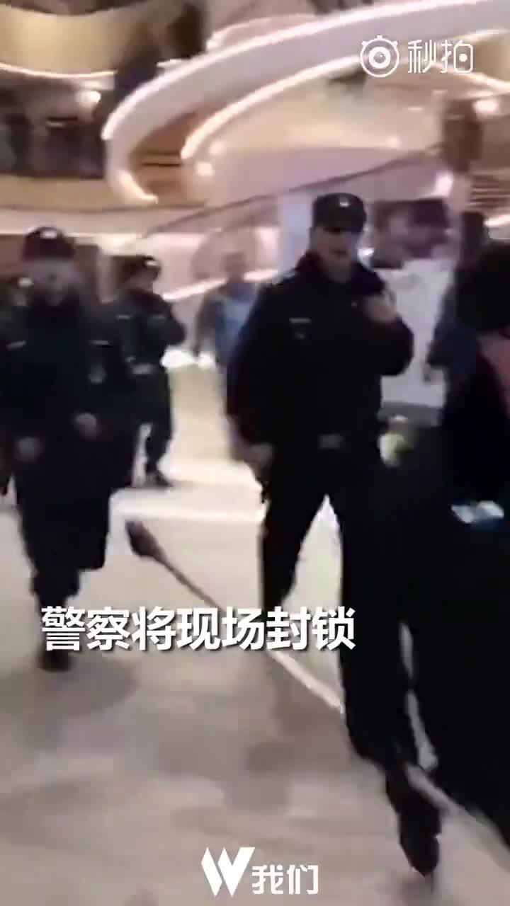 西单大悦城商场内一男子持械行凶